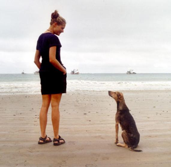 Brita mit Hund am Srand
